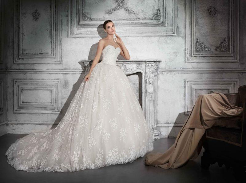 46035af384 Minden helyszínhez más menyasszonyi ruhát kölcsönöznek. Egy tengerparti  esküvőhöz, egy vendéglőben tartott esküvőhöz, teljesen más menyasszonyi  ruhát ...